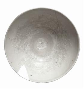 宋金时期邓窑暗刻云海仙鹤纹白釉小碗