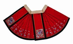 多姿多彩的红缎地兰花刺绣马面裙