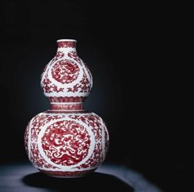 清乾隆釉里红螭龙纹葫芦瓶