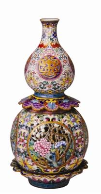 玲珑剔透的葫芦形镂空转心瓶