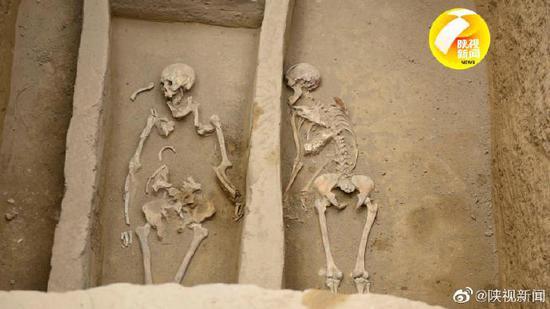 陕西寨山遗址发现多个活人殉葬墓初判均为女性