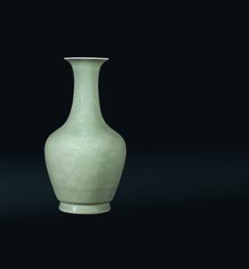 清道光青釉暗刻花卉纹瓶