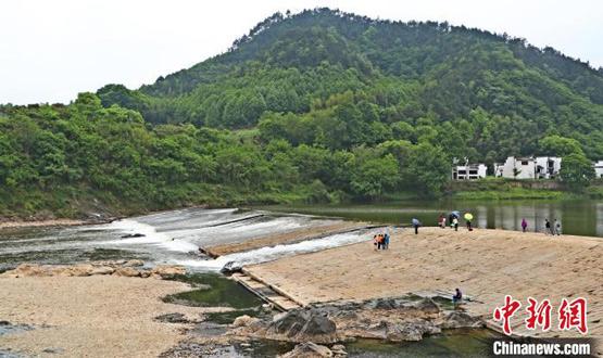 海外华文媒体代表走访安徽歙县渔梁坝体验古徽州文化