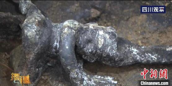 """三星堆遗址再""""上新"""":考古工作者从祭祀坑中提取出多件器物-中国现代收藏网"""